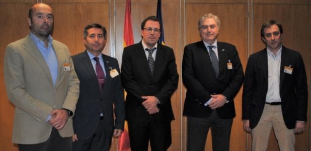 El secretario general de Industria, Raúl Blanco, junto al presidente y el secretario general de CCP, Manuel Martínez y Juan A. González y los representantes de SIPA, José J. Almendros y Juan D. González